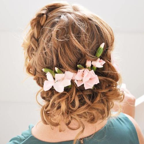 Žemas Curly Updo With Flowers