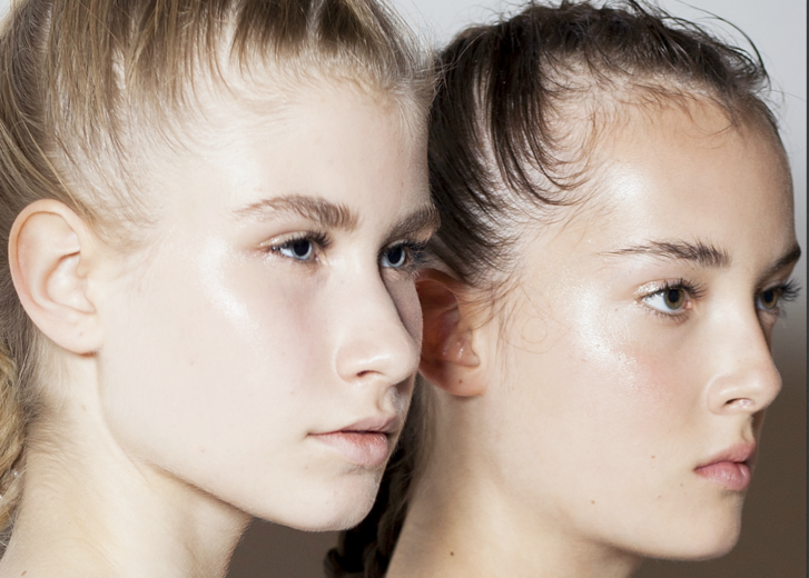 שתיים models with glowing skin