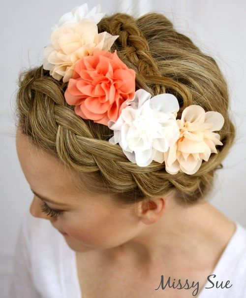 flettet updo with hair flowers