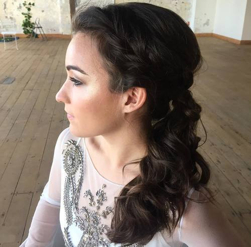 צַד curly ponytail with a loose braid