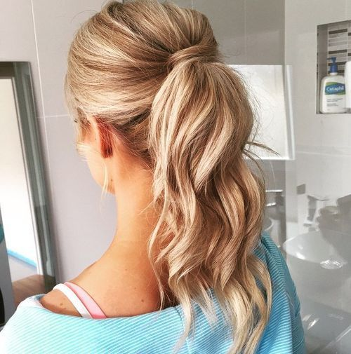 בְּלוֹנדִינִית wavy ponytail for balayage hair