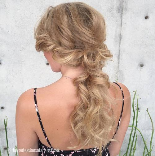 בְּלוֹנדִינִית wavy low ponytail with side twists