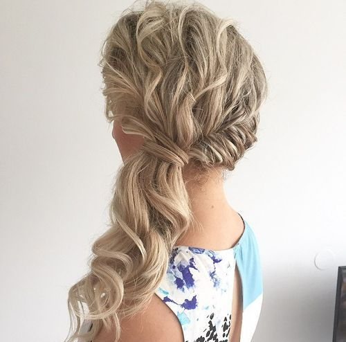 צַד wavy blonde ponytail