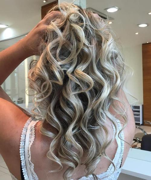 srednji curly ash blonde hairstyle