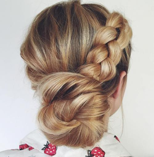 חזור Low Bun With A Braid