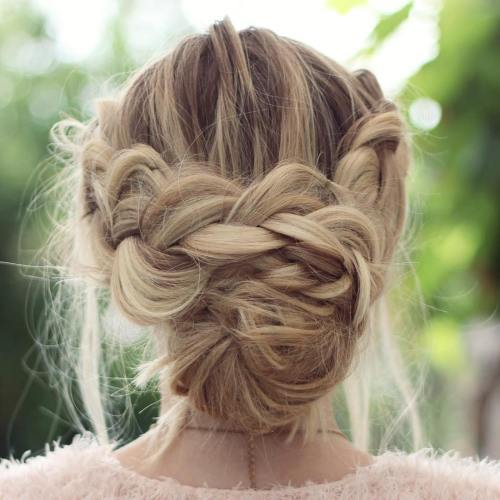 מבולגן Crown Braid With Low Bun