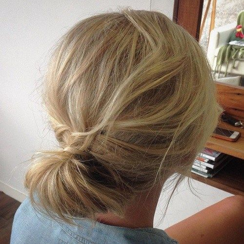 פָּשׁוּט Updo For Tousled Hair