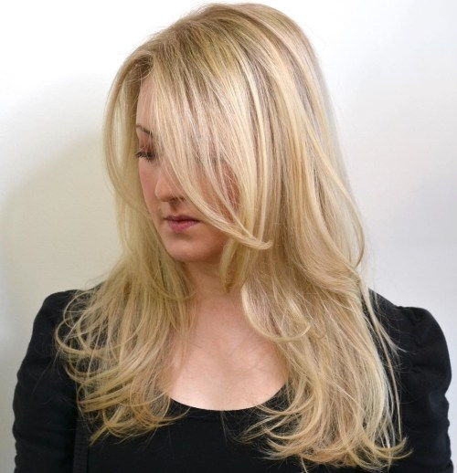 Slojeviti Blonde Hairstyle With Long Side Bangs