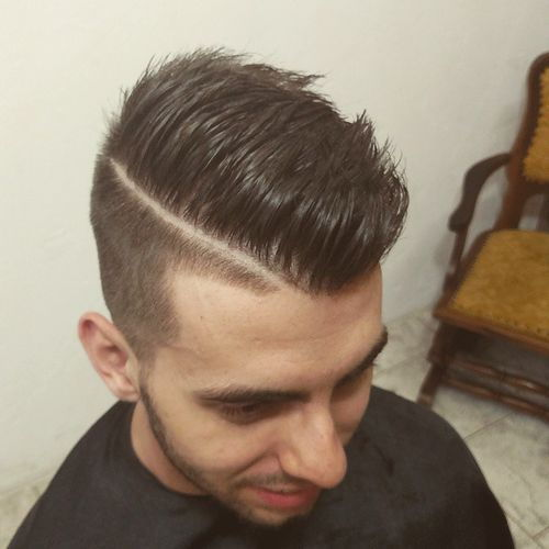Muška undercut hairstyle with a side part