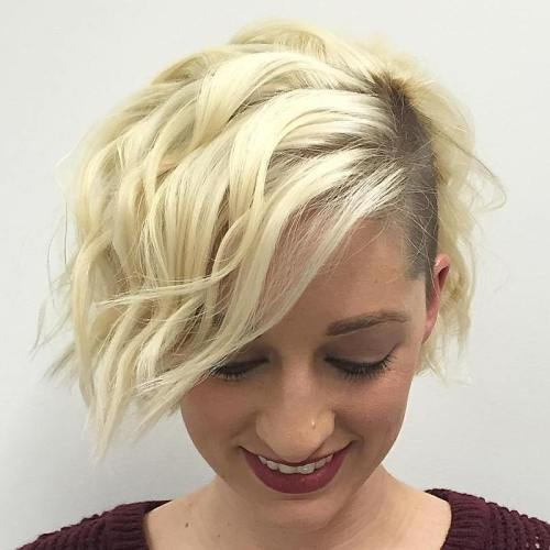 בְּלוֹנדִינִית Wavy Bob With Temple Undercut