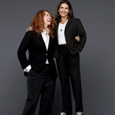 høj red headed woman and short brunette in suits