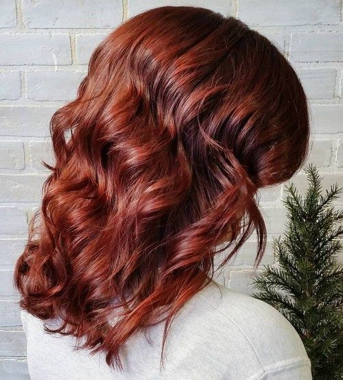 srednje duljine shiny auburn waves hairstyle