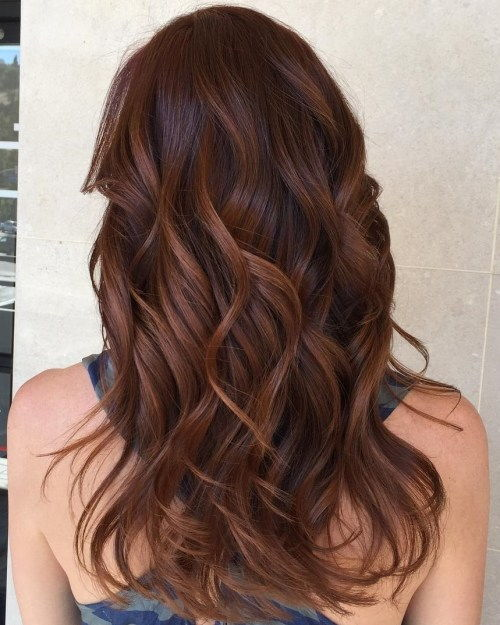 crvenkasti brown hair with caramel highlights