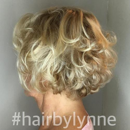 Kratak Curly Blonde Hairstyle For Over 60