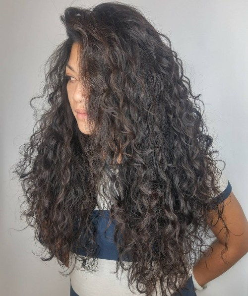 Lang Curly Brunette Hairstyle