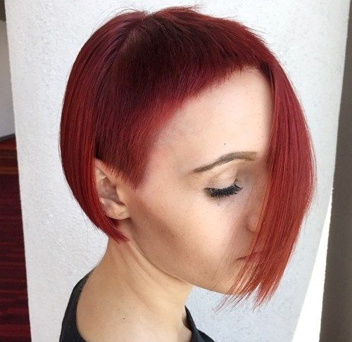 א - סימטרי red bob with extra short bangs