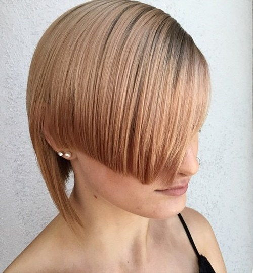 קצר angled asymmetrical strawberry blonde hairstyle